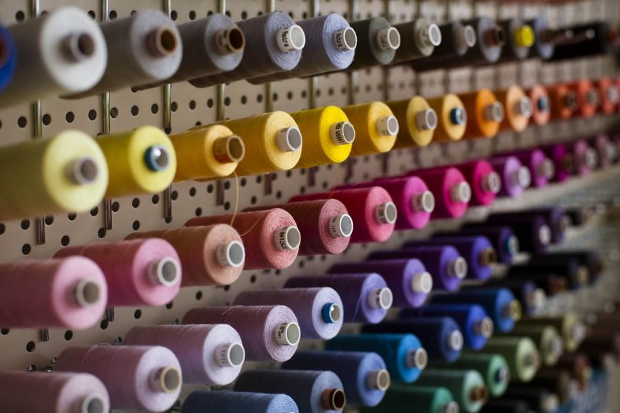 Die Schneiderin Katrin Bobek fertigt Brautkleider nach Maß in ihrem Münchner Atelier. Stoffe aus den 20er, 30er und 50er Jahren.
