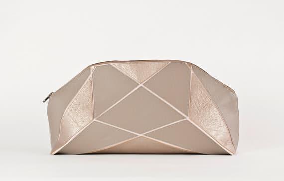 Die wandelbare Brauttasche: Die faltbare Metallic Gold Clutch von Lara Kazis vereint zwei Formen in einer.