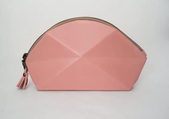 Innovative Form: Die rosa Clutch Pyramide von Lara Kazis aus München. Eine Brauttasche zum Verlieben.
