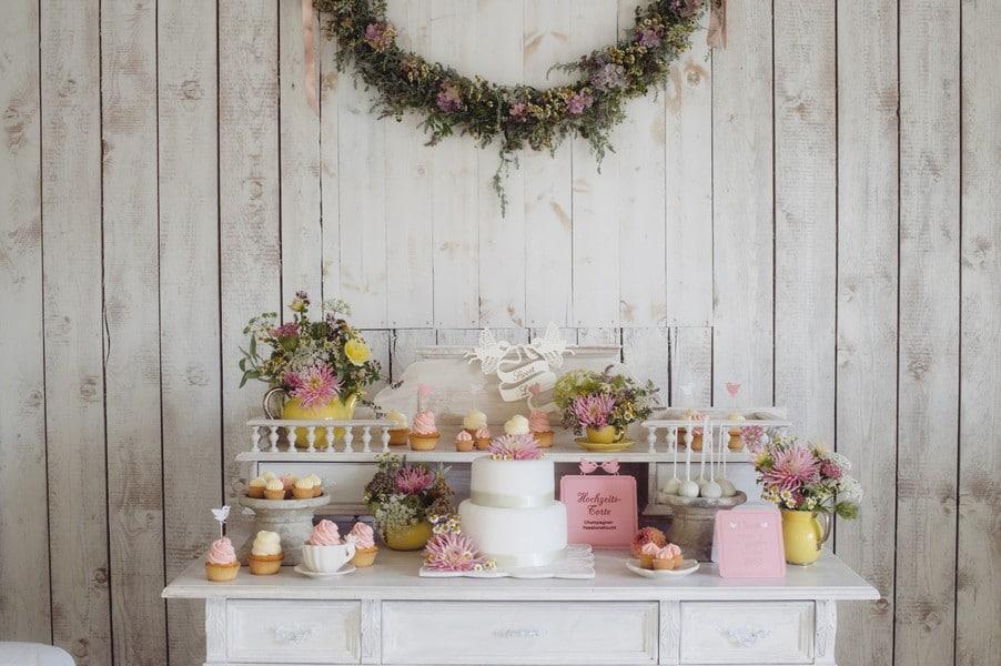 Romantisches Blumenmeer: Ländliche Hochzeitsinspiration im Vintage-Stil