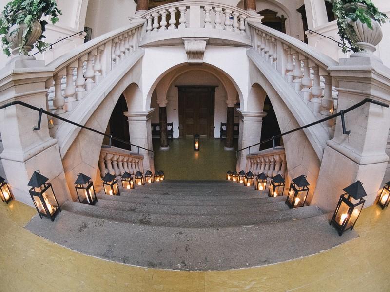 Die Treppe im Rathaus Kaufbeuren, geschmück mit Kerzen für eine Hochzeit im candle light Stil.Das Standesamt Kaufbeuren zählt zu den schönsten Standesämter in Bayern.