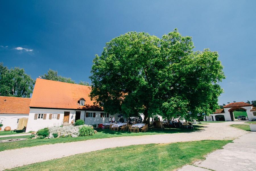 Eine Hochzeit von Chris Wesser voller Inspiration und traumhafter Motive auf Gut Sedlbrunn zwischen Augsburg und Ingolstadt. Unbedingt anschauen und staunen!