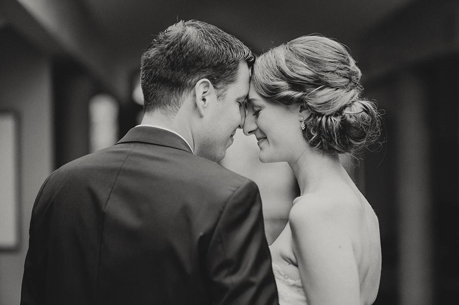 Die Münchner Fotografin Jelena Moro hat eine bezaubernde Hochzeit auf dem Chiemgauhof eingefangen - mit Shooting im Regen am See.