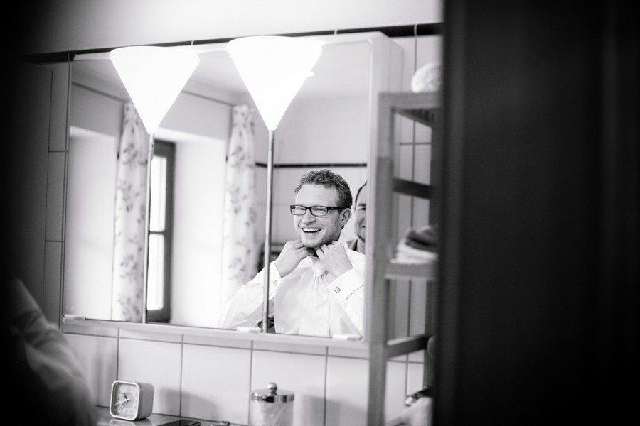 Der Bräutigam beim getting ready. Foto Stefanie Danner.