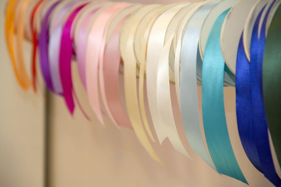 Satinbänder in Pastellfarben.