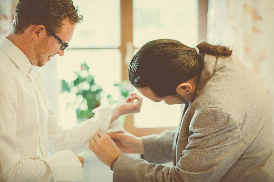 Bräutigam beim Getting ready. Foto: Stefanie Danner.