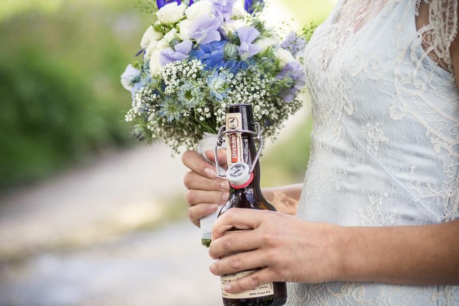 Eine rockige Landhochzeit in Bayern von Carito Fotografie. Der Brautstrauß in lila.