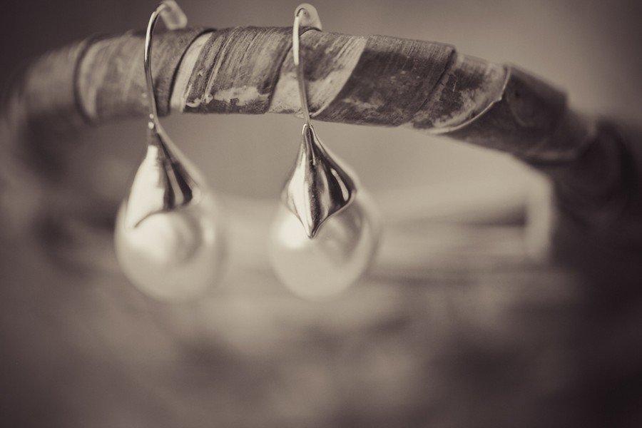 Brautschmuck - die Ohrringe mit Perlen.