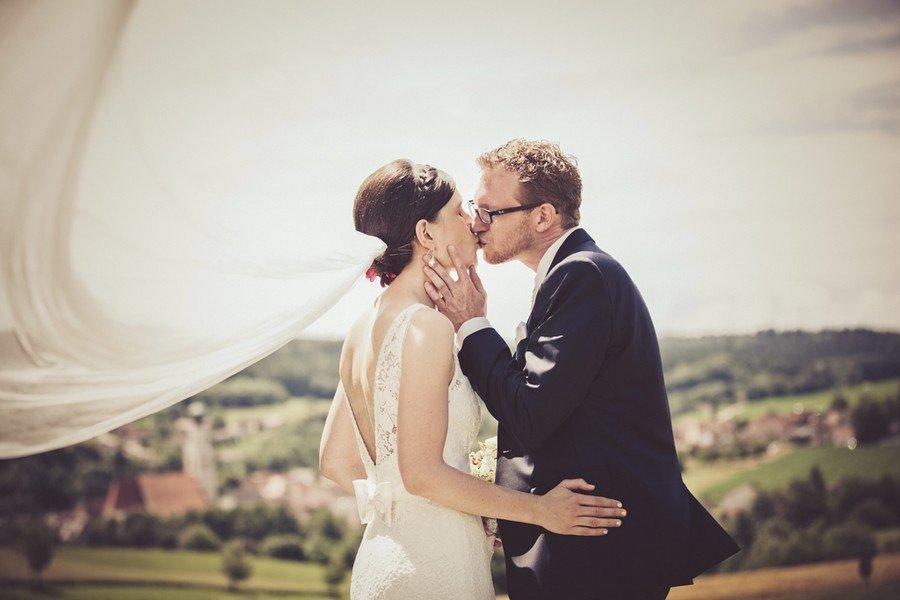 Kuss. Eine Hochzeit auf dem Irghof. Foto: Stefanie Danner.