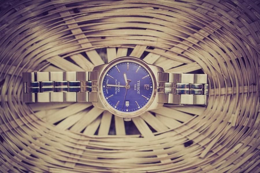 Eine blaue Tissot-Uhr von einem Bräutigam.