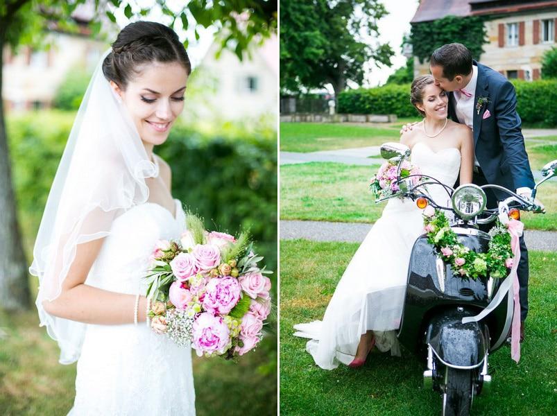 Braut in Kleid von Pronovias mit rosa Brautstrauß.