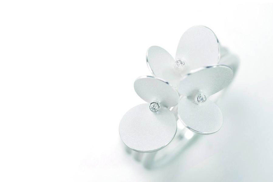 Brautschmuck in Form einer Blüte aus weiß gesiedetem Silber von Johanna Otto.