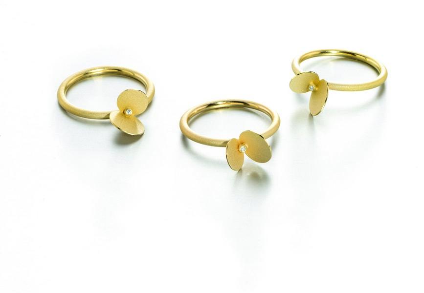 Verlobungsring in Form einer Blüte aus Gold von Johanna Otto.