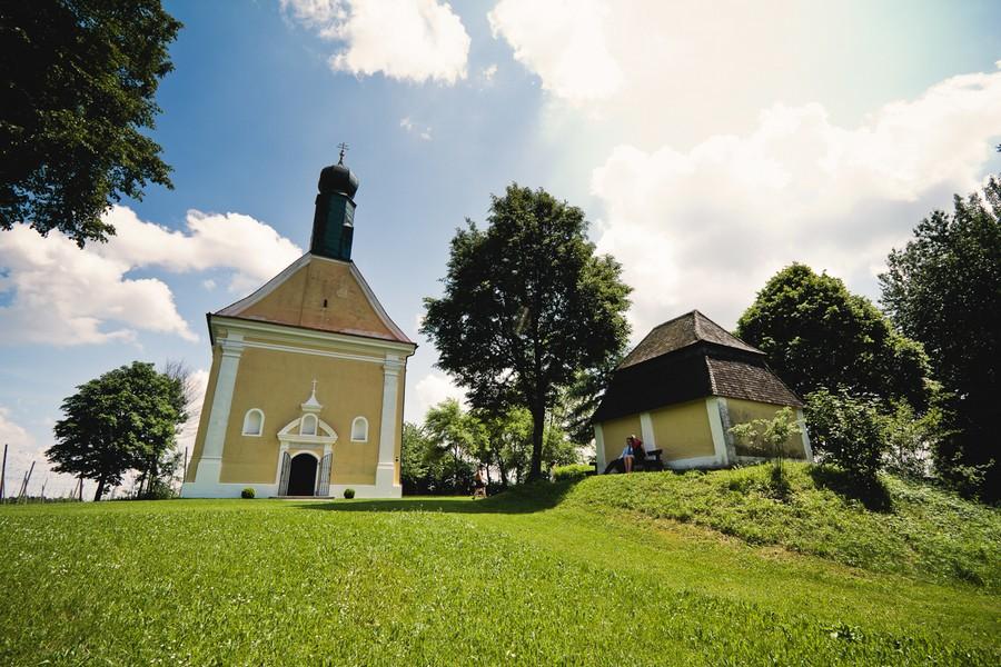 Die idyllische Wallfahrtskirche St. Anton in der Hallertau nahe Ingolstadt und Landshut