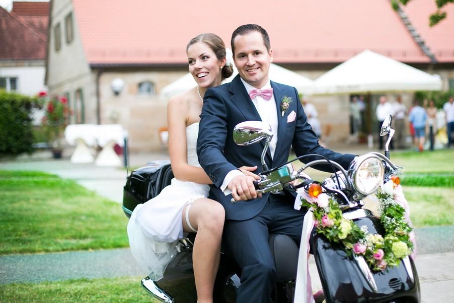 Hochzeitstorte mit echten Blumen in Pink.