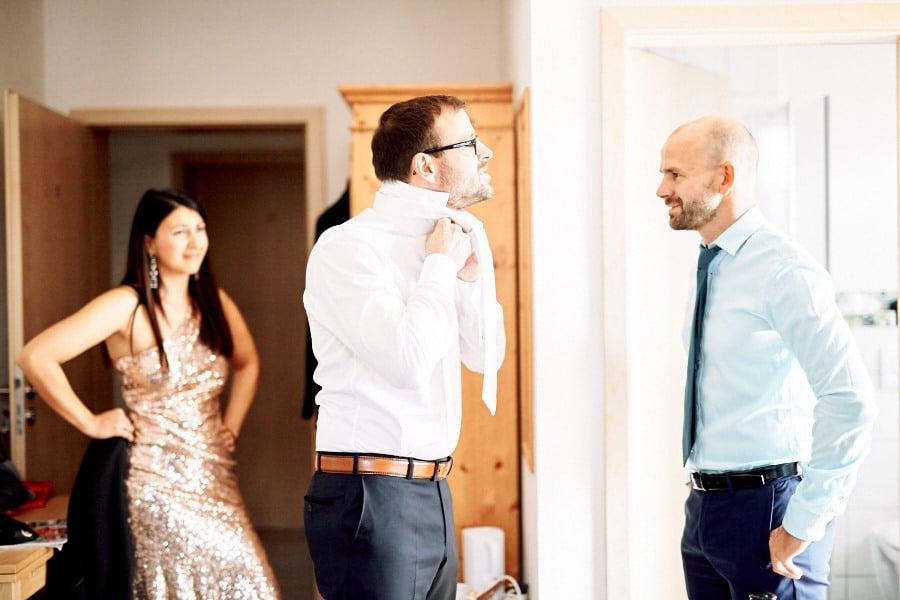 krawatte-getting-ready-braeutigam-hochzeit-inspiration-laendlich-natur-gut-thurnsberg-muenchen-bayern