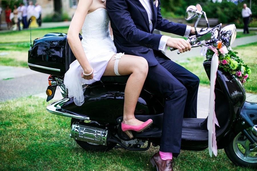 moped-hochzeit-rosa-gruen-pastell-inspiration-schloss-atzelsberg-nuernberg-frau-herz
