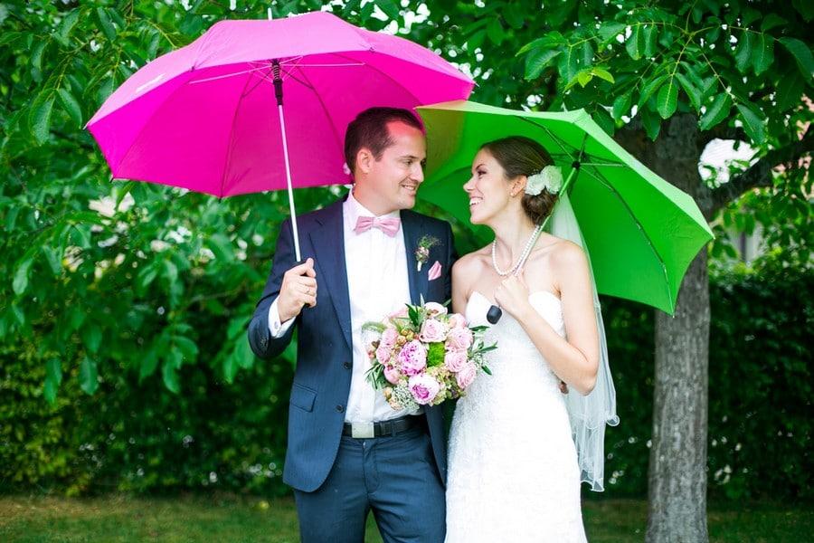 Regenschirme für Braut und Bräutigam in pink und grün.