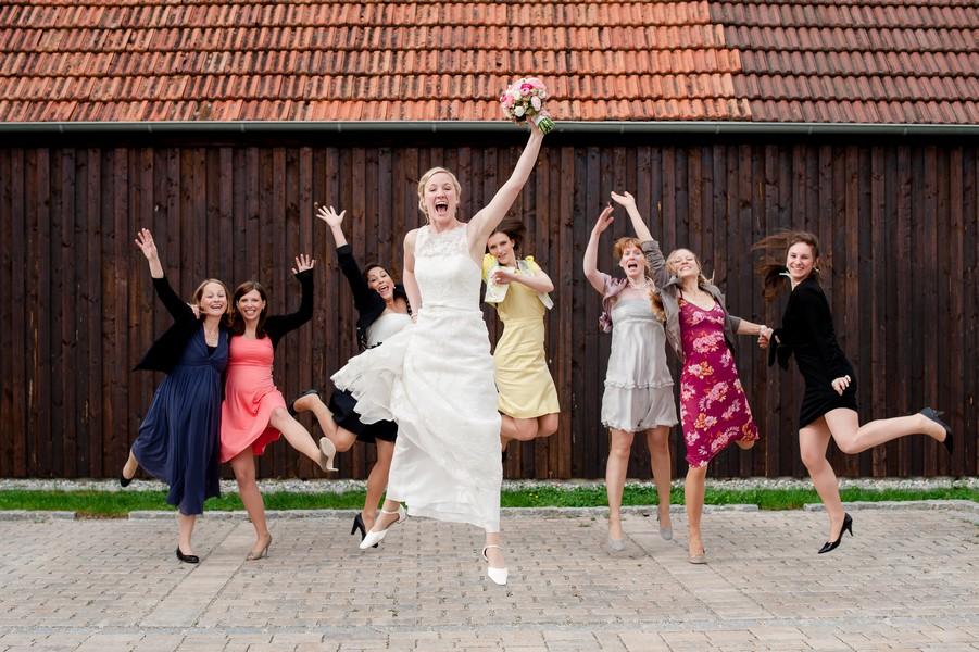 Lustige Idee für Gruppenfotos bei einer Hochzeit in Kloster Holzen.