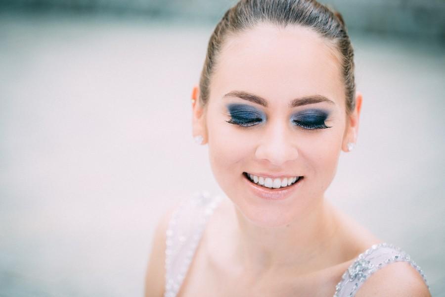 Smokey eyes und ein weiß-blaues Hochzeitsstyling. Hier findet ihr eine tolle Inspirationsstrecke!