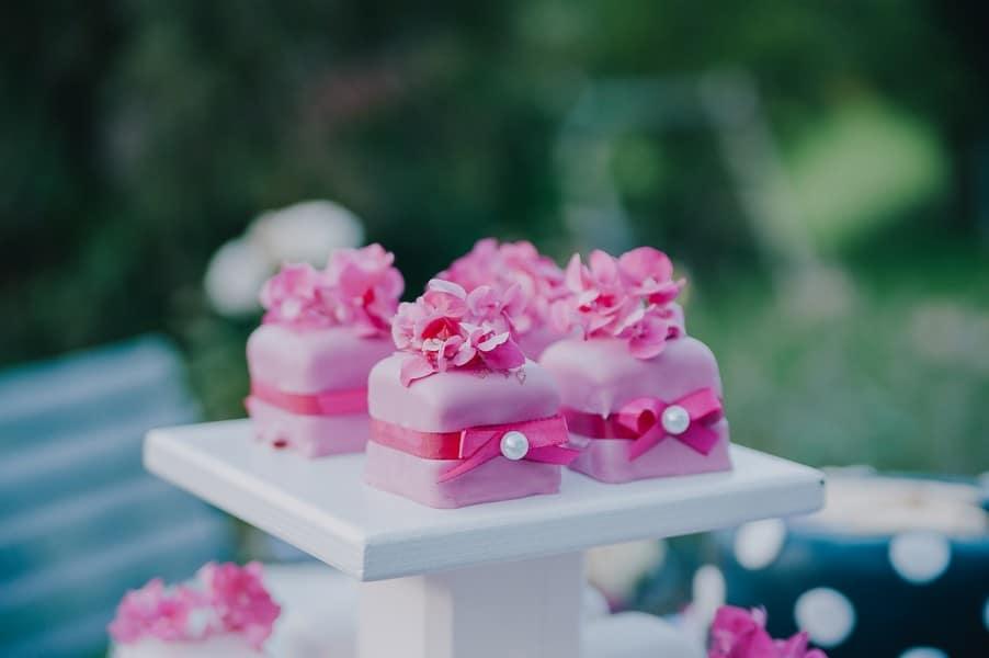 Rosa-pinke Petit Fours bei einer Hochzeit voller Inspirationen auf dem Einödhof Waldeck im Bayerischen Wald