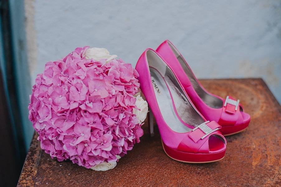Pinke Highheels zum Hochzeitskleid mit passendem Brautstrauss.