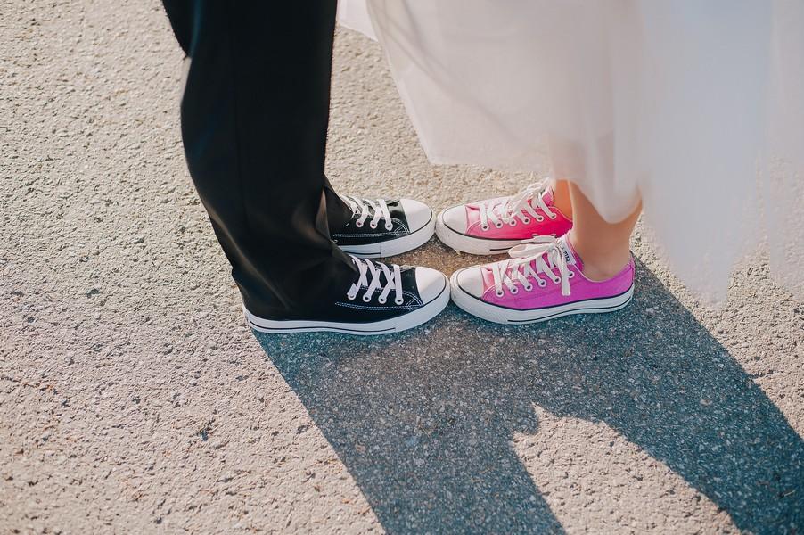 Sneaker zum Hochzeitskleid in pink.