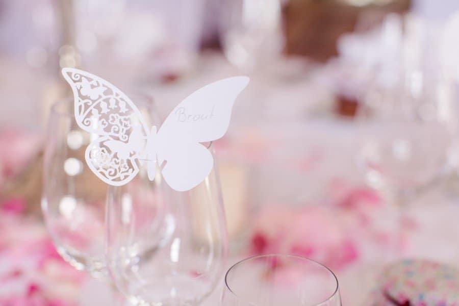 Schmetterlinge als Namenskärtchen für Hochzeit in weiß im Lasercut Stil