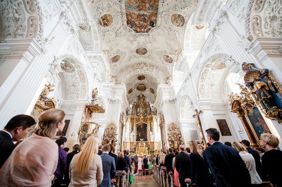 Die Klosterkirche bei einer Trauung in Kloster Holzen.