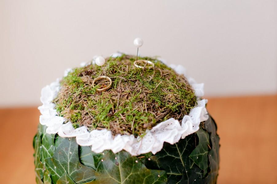 Ein Ringkissen aus Moos mit Efeublättern.