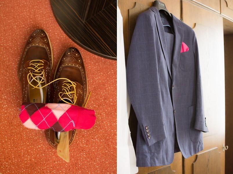 Das Bräutigam-Outfit mit blauem Anzug, pinken Burlington-Socken, braunen Schuhen und pinkem Einstecktuch.