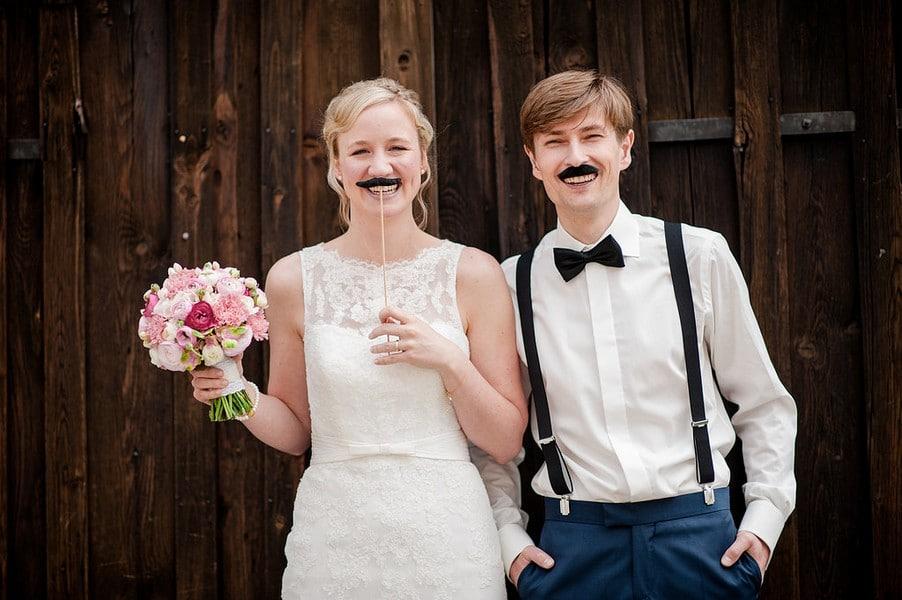 Ein Schnurrbart als Accessoire für das Brautpaar-Shooting.