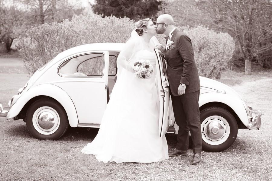 Brautpaar mit altem VW Käfer