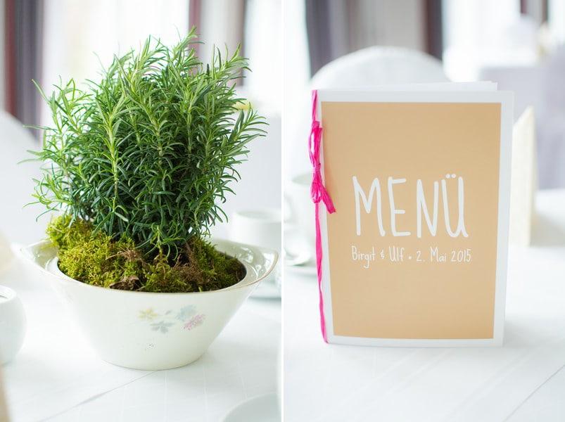 hochzeit-deko-moos-gruenpflanze-vintage-geschirr-menu