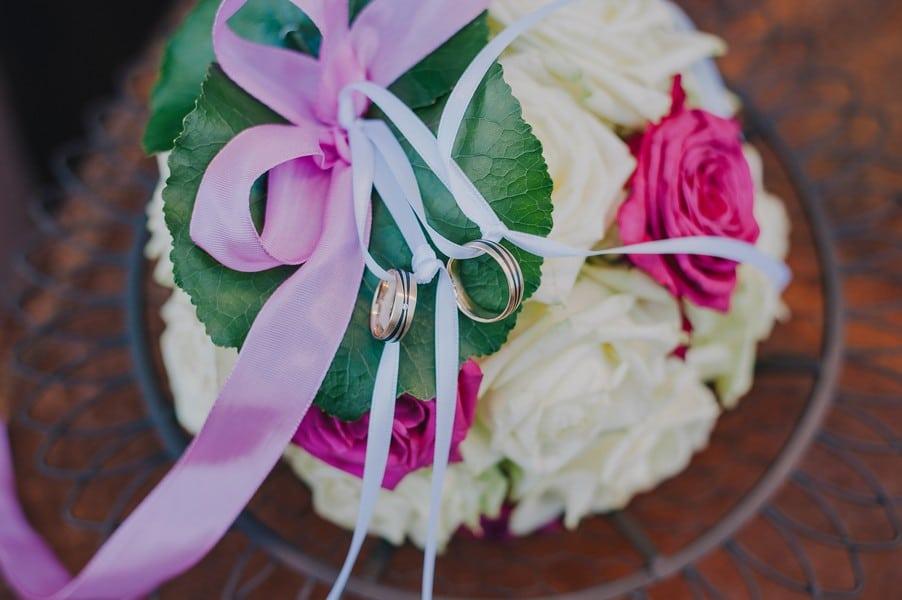 Ringkissen aus echten Blumen.
