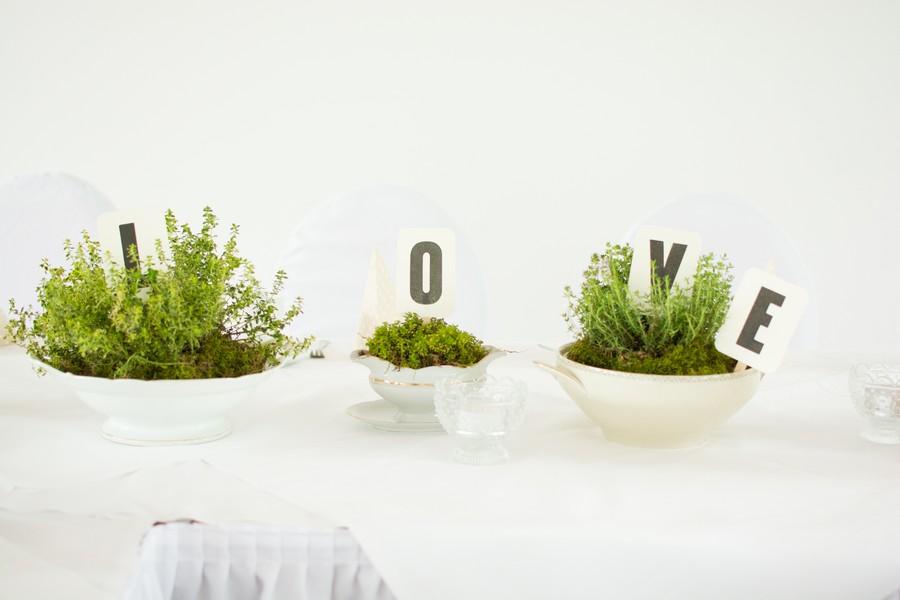 Hochzeitsdeko mit altem Geschirr und Kräutern