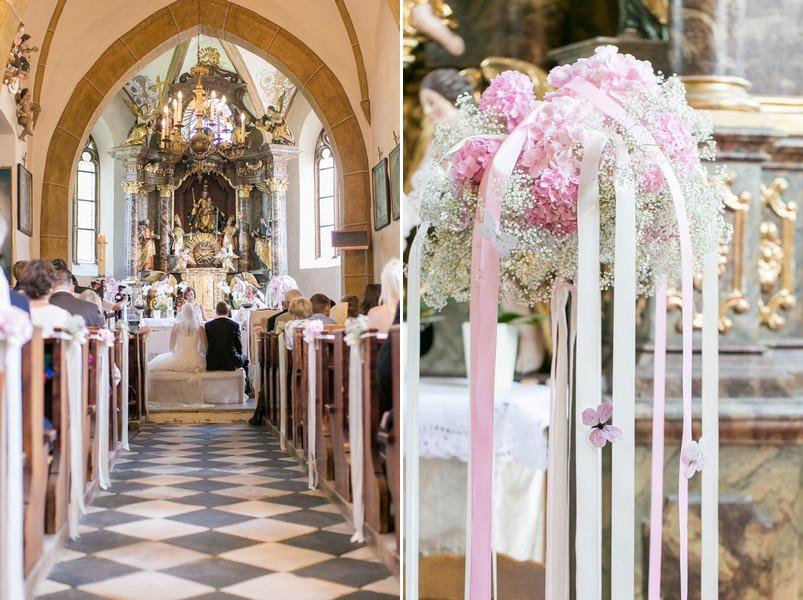 Kirchenschmuck mit Blumen in Rosa und Weiß und mit Bändern.