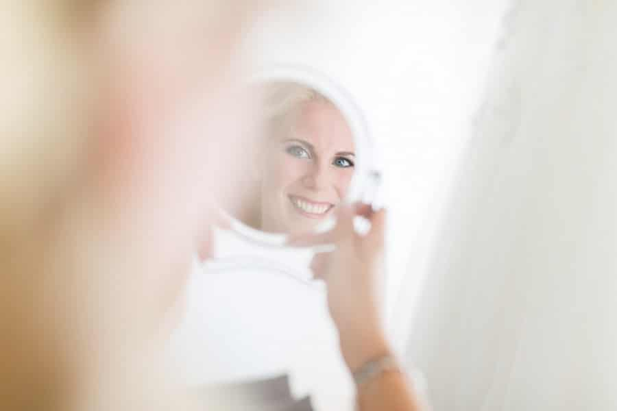 Kleiderbügel fürs Brautkleid in weiß.