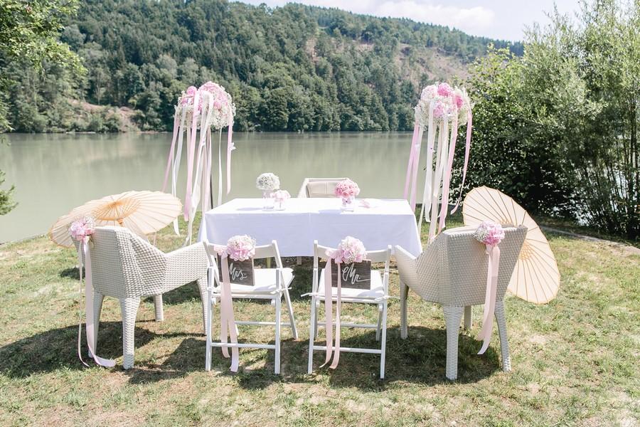 Trauung am See - rosa und weiß geschmückter Trautisch