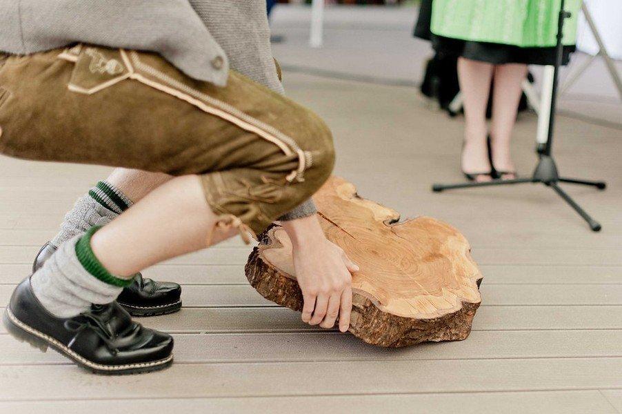 Bayerische Tradition zur Hochzeit: Ein Holzstück als Symbol ewiger Liebe