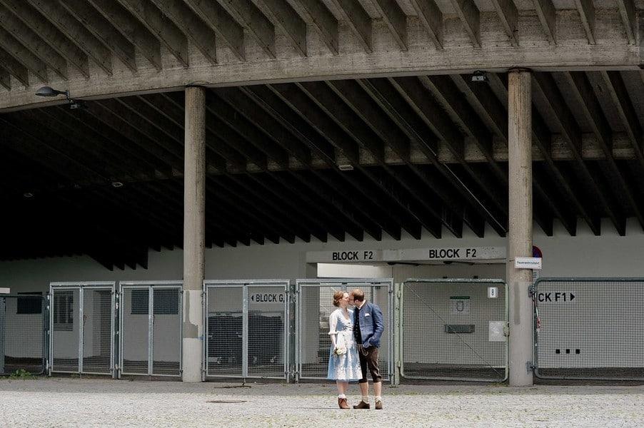 Brautpaaar vor dem Grünwalder Stadion