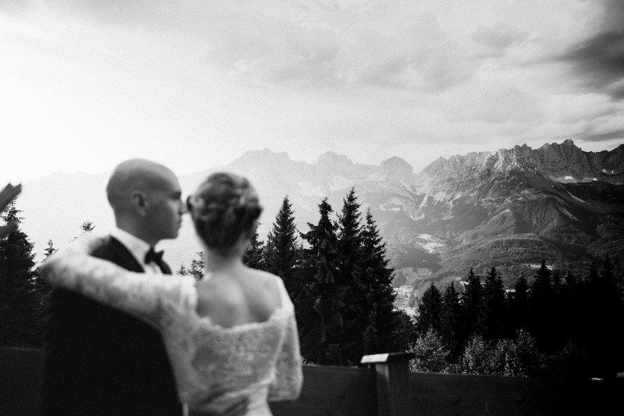 Brautpaar beim Blick in die Berge auf der Brenneralm