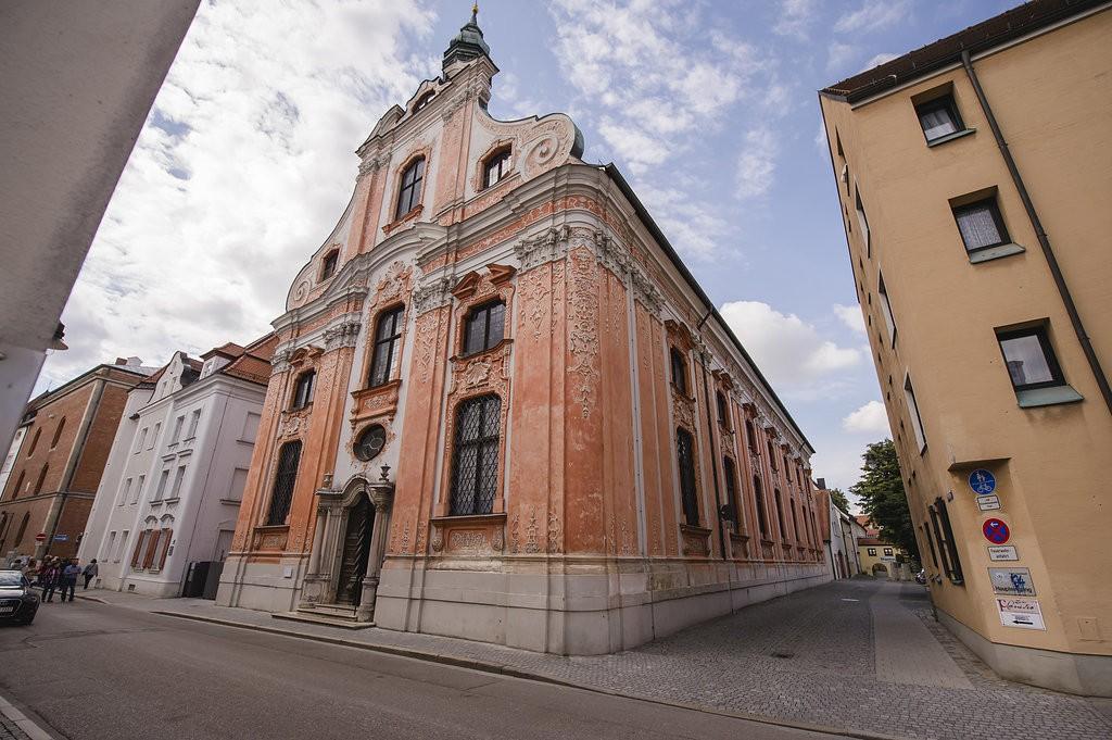 Die Asamkirche in Ingolstadt von außen.