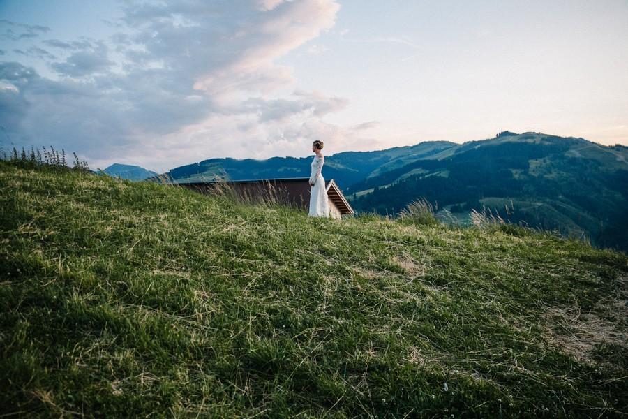 Boho-inspirierte Berghochzeit mit Trauung im Wald