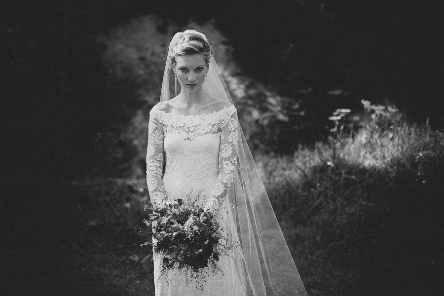 Eine Braut in einem Bohokleid mit Vollspitze