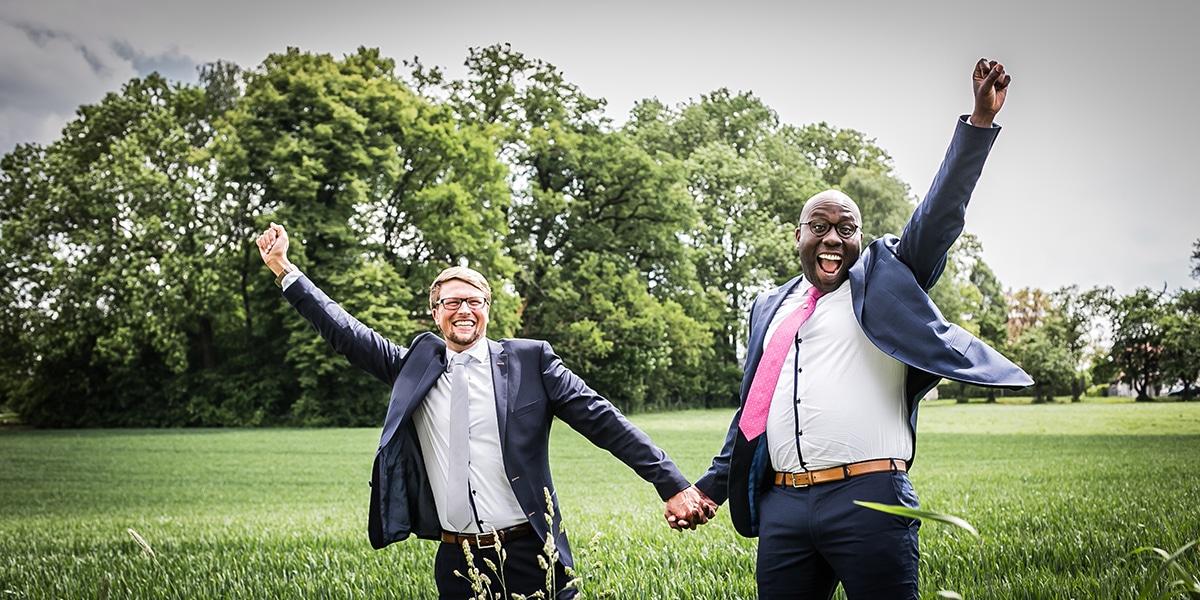 Regenhochzeit auf dem Land: Zwei Männer sagen Ja