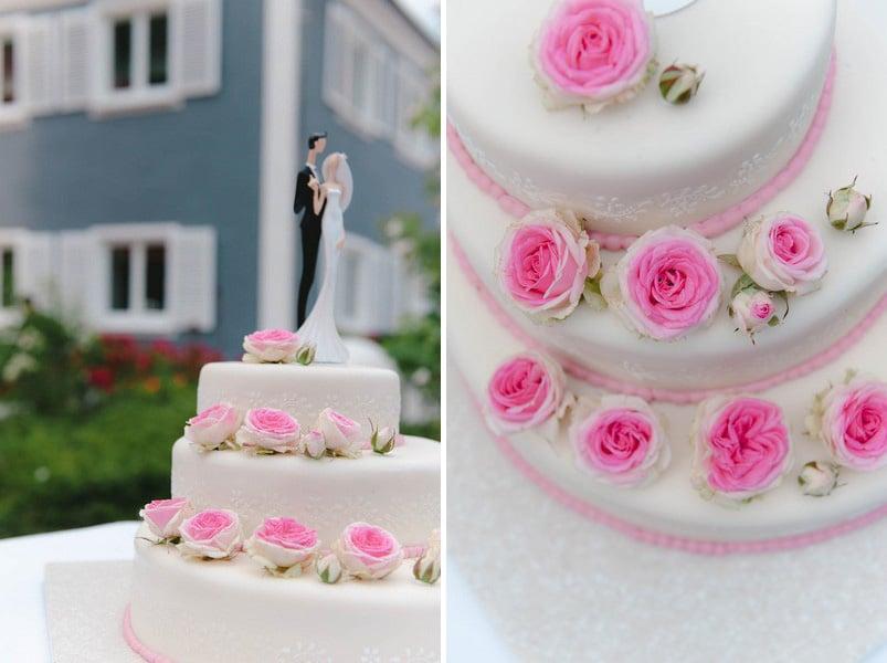 Klassische Hochzeitstorte in Weiß mit pinken Rosen