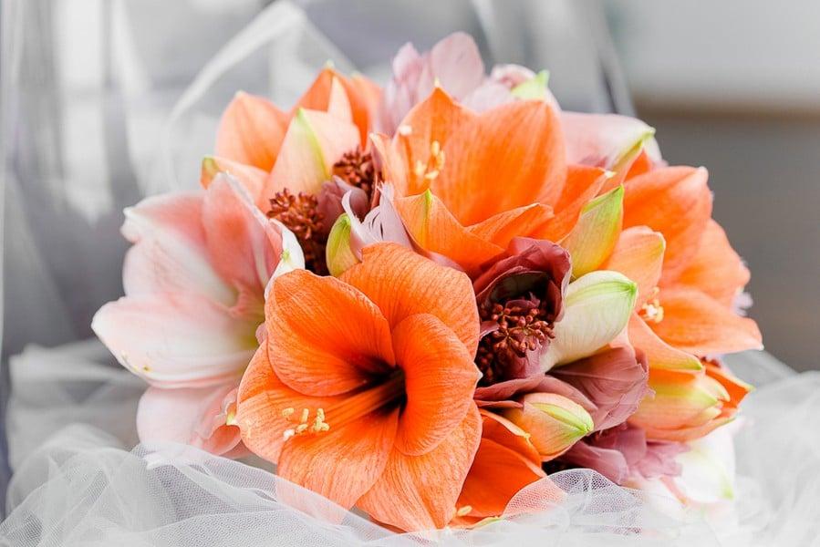 Ein Brautstrauß aus Amaryllis in Orange und Rosa.