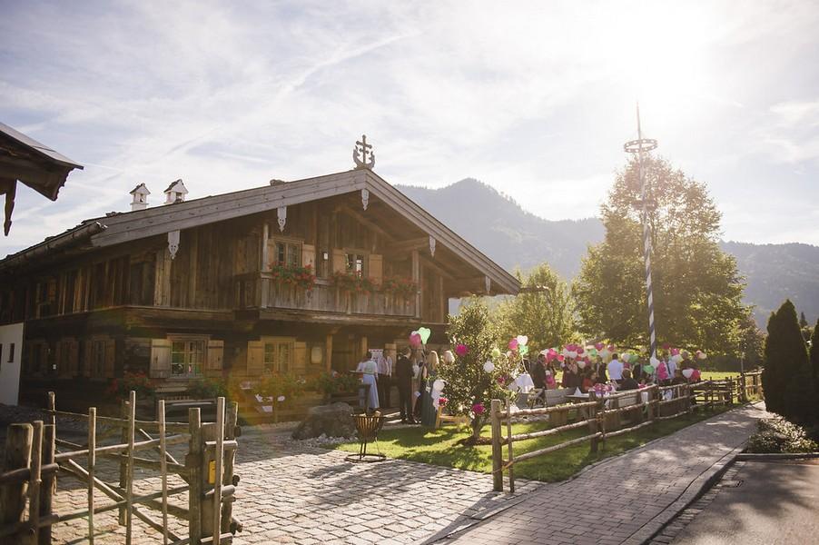 Klassische Hochzeit am Tegernsee in Pink, Grün und Weiß