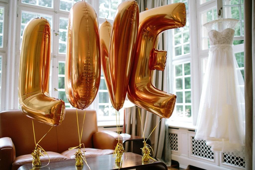 grosse-buchstaben-luftballons-gold-love-hochzeit-birgit-hart